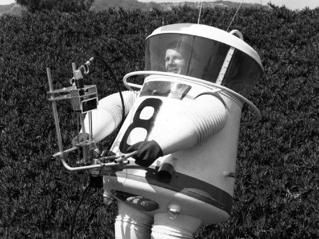this-was-the-first-spacesuit-designed-for-astronauts-on-the-moon-and-it-looks-like-mr-stay-puft